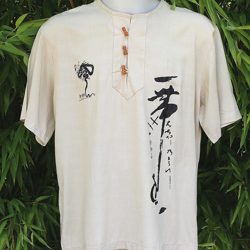 T-shirt beige avec boutonnière et motif calligraphie