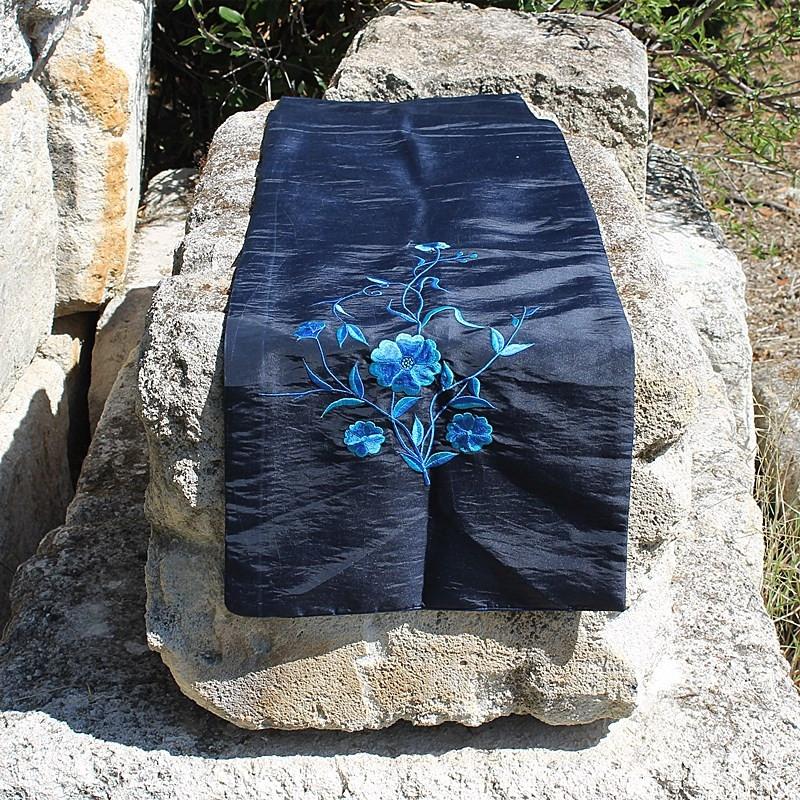 Chemin de table broderie florale bleu reflet noir