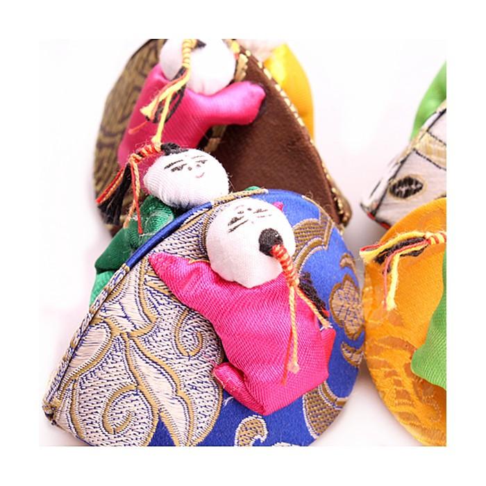 Petite boîte en tissus avec enfants
