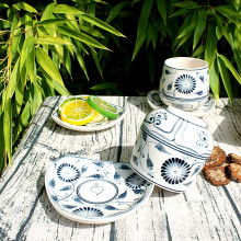 Tasse et sous-tasses en porcelaine motif fleur bleue