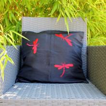 Housse de coussin noir motif libellule rouge