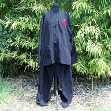 Ensemble chemise et pantalon noire et motifs calligraphie rouge