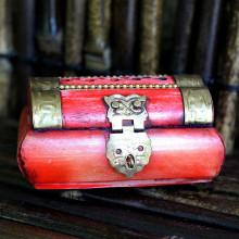 Petite boîte en bois à bijoux rouge