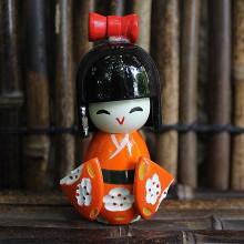 Petite poupée kokeshi orange fleurs blanches à pois rouges