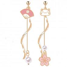 Boucles d'oreilles avec Maneki Neko, fleur de cerisier et éventail Rose pale