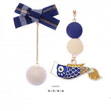 Boucle d'oreille avec Carpe koi, nœud de papillon bleu