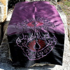 Chemin de table brodé orange et violet