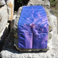 Chemin de table broderie florale violet reflet bleu