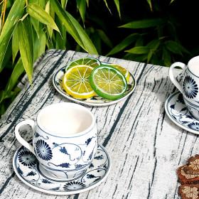 Tasse et sous-tasse en porcelaine motif fleur bleue
