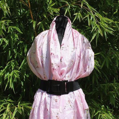 Foulard rose brodé de fleurs