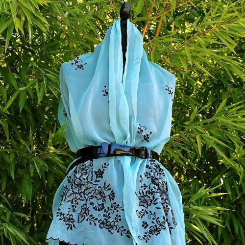 Foulard bleu floral