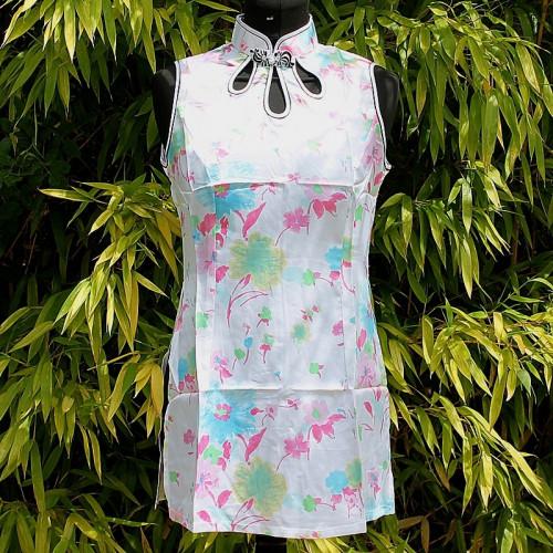 Tunique d'été blanche et fleurs pastels