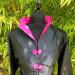 Veste noire traditionnelle fermeture rose