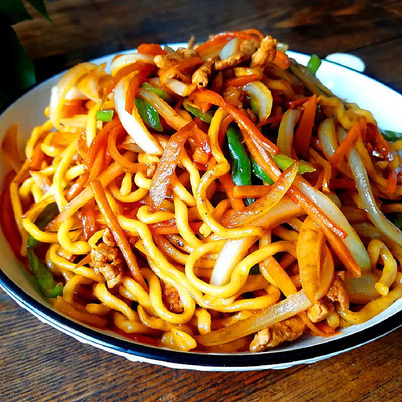 Nouilles chinoises sauté aux légumes et porc